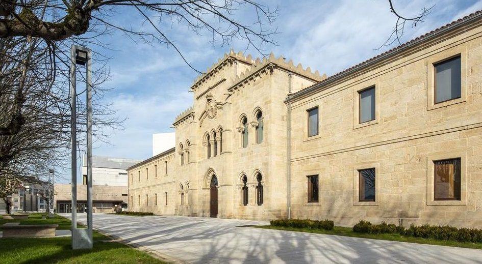 Escola de Artes Aplicadas e Oficios Artísticos Pablo Picasso, proyectada en la zona de Os Pelamios en 1983 por el arquitecto José Antonio Corrales