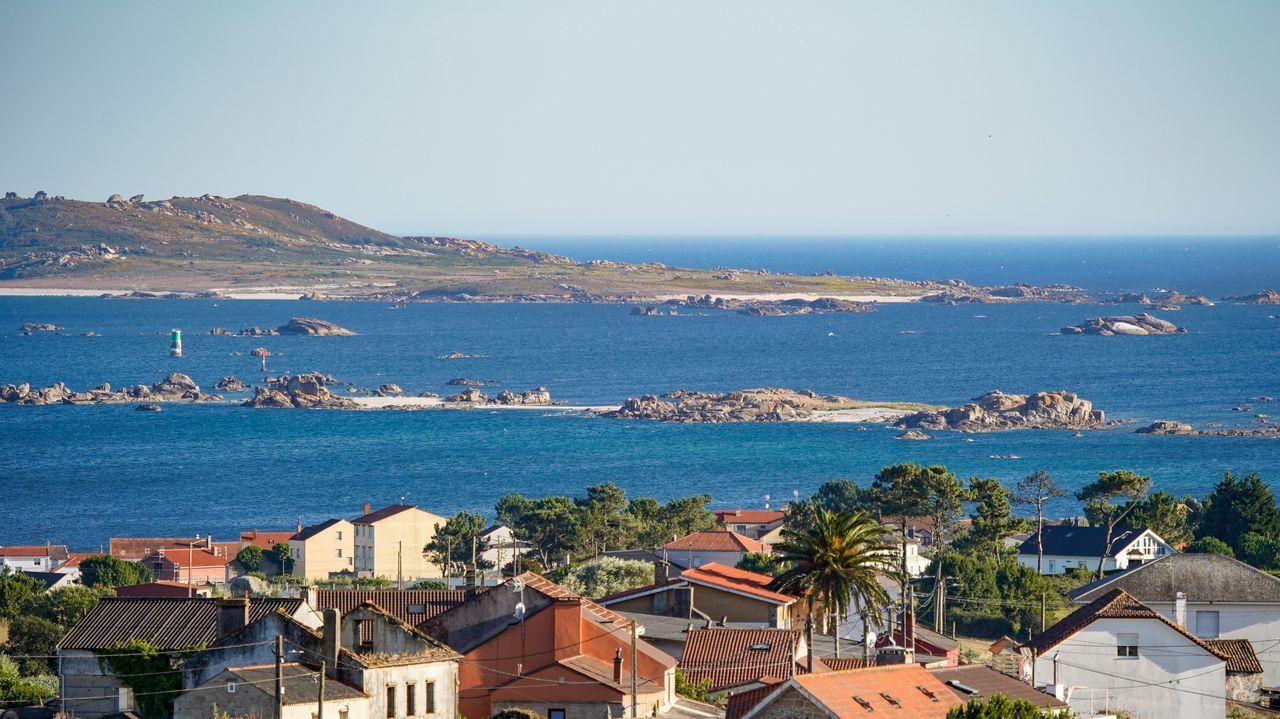 Parque illas atlánticas. Cerca de Sálvora se sitúan Noro (a la izquierda) y Vionta, ambas con calas de blanca arena, pero a las que no se puede ir. Se puede acceder a la isla que está al final de O Carreiro (derecha).