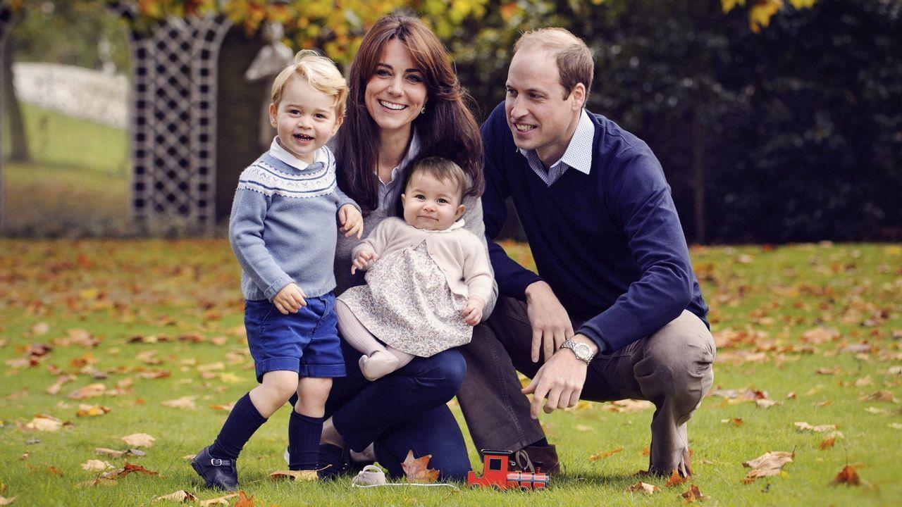 La familia real británica crece.Mosaico con la imagen de la pareja creado con piezas de LEGO