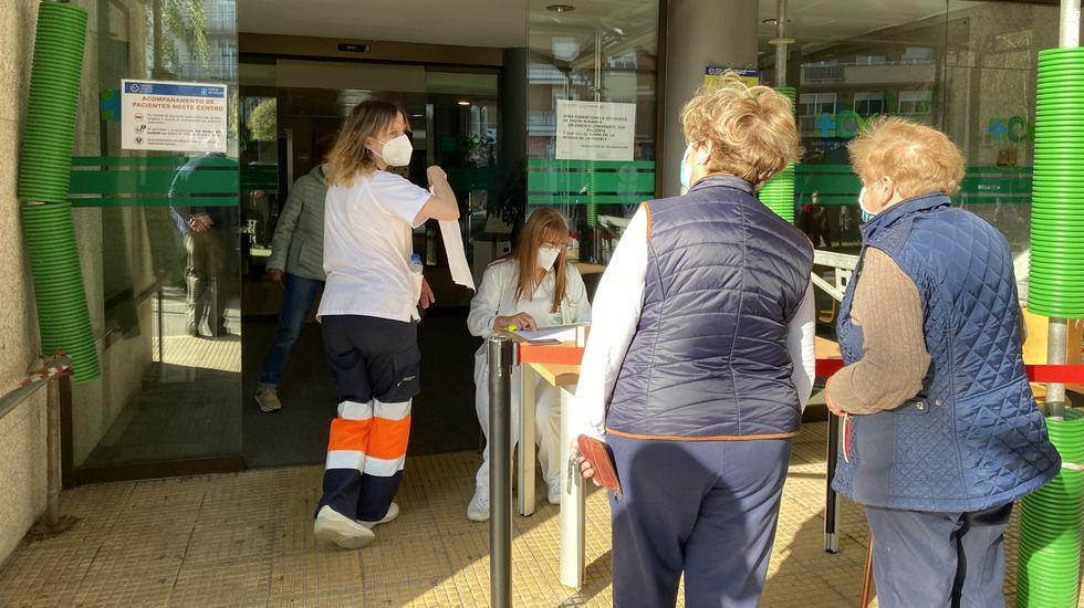 A las puertas del hospital de O Barco se ha instalado un puesto de recepción para los que acuden a vacunarse