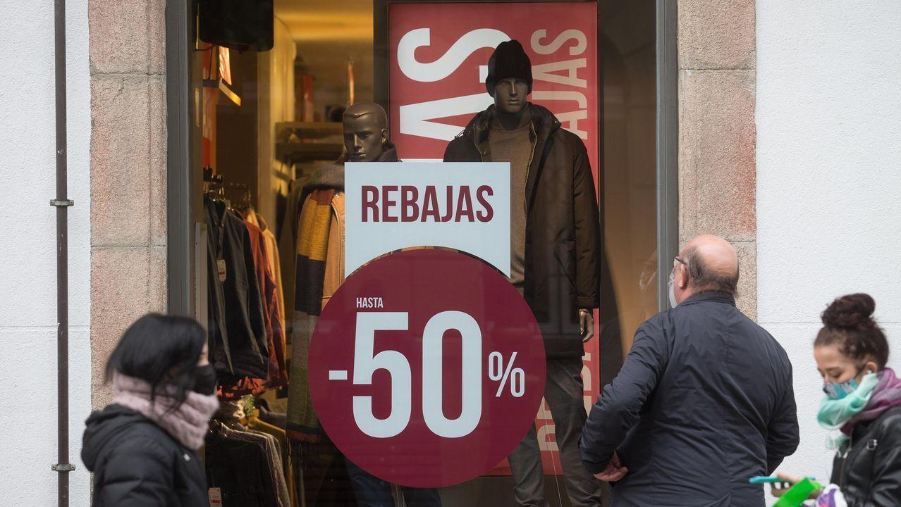 Un cartel a la entrada de una tienda de ropa anuncia que solo abrirá de mañana
