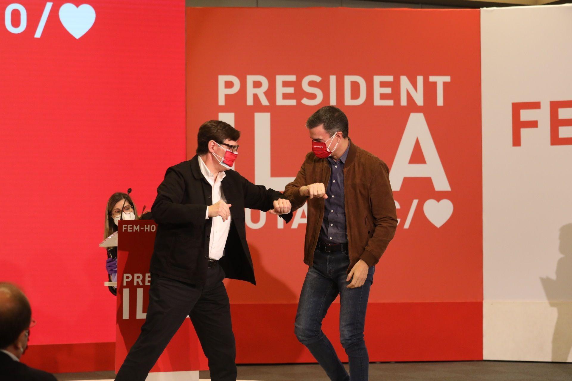Salvador Illa y Pedro Sánchez, este sábado en un acto de campaña.Ignacio Garriga, de Vox, ayer en Tarragona