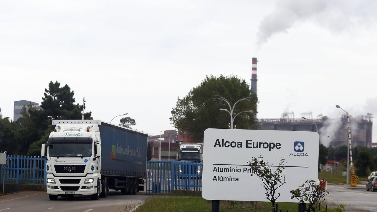 Marcha para intentar frenar los 369 despidos en Alcoa.El tren operado por Alsa