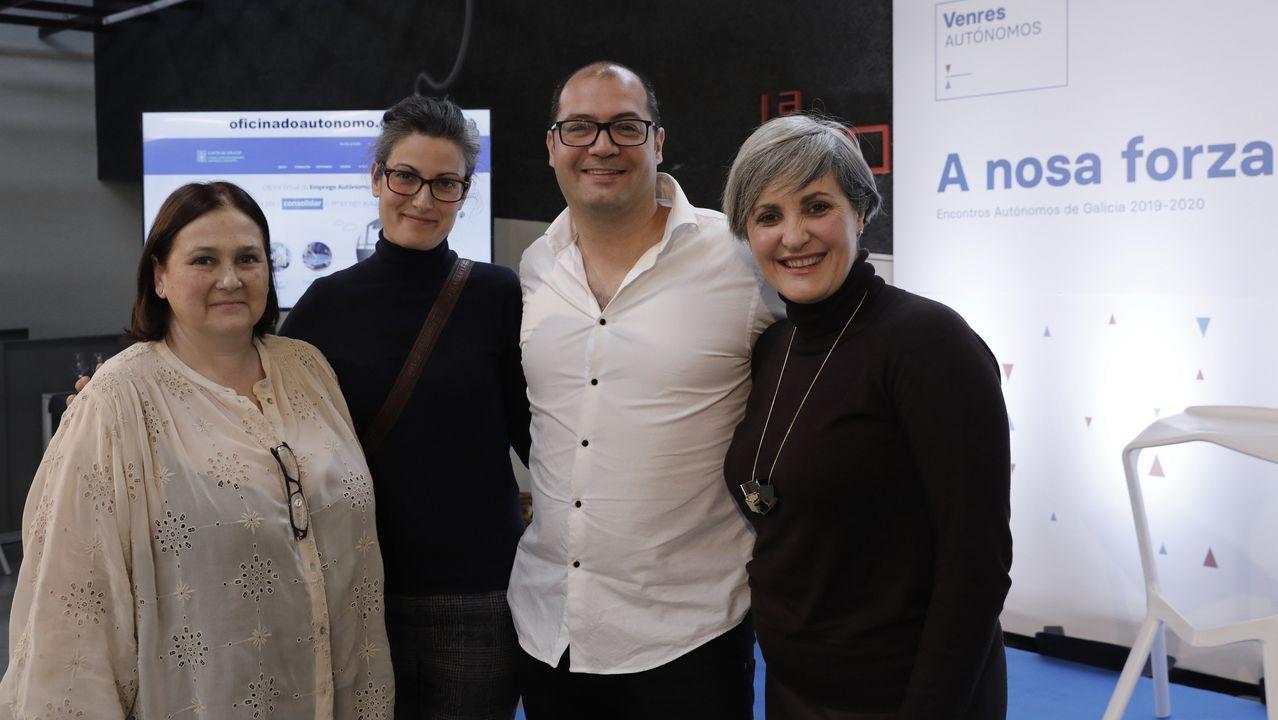 Los premiados por AJE. Imagen de los galardonados, entre los que se encuentran los tres empresarios coruñeses, que son Brais Méndez, de Docuten (segundo por la izquierda); Gonzalo Somoza, de Koh Lanta (tercero por la izquierda), y Maite Valiño, de Atlante (segunda por la derecha)