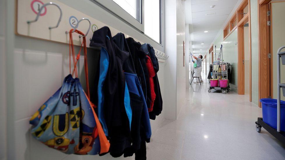 Una trabajadora del servicio de limpieza desinfecta un colegio tras la apertura estos días para tareas administrativas