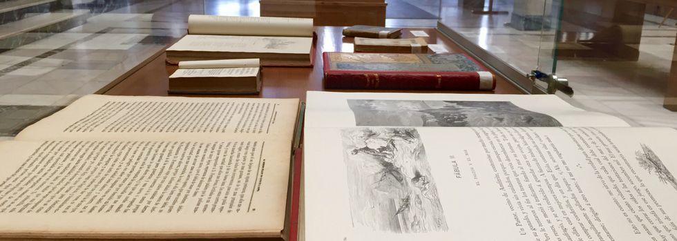 Pontevedra celebra sus Maios.Tras la muestra de cristales de proyección, los libros copan estos días el vestíbulo del Lucus Augusti.