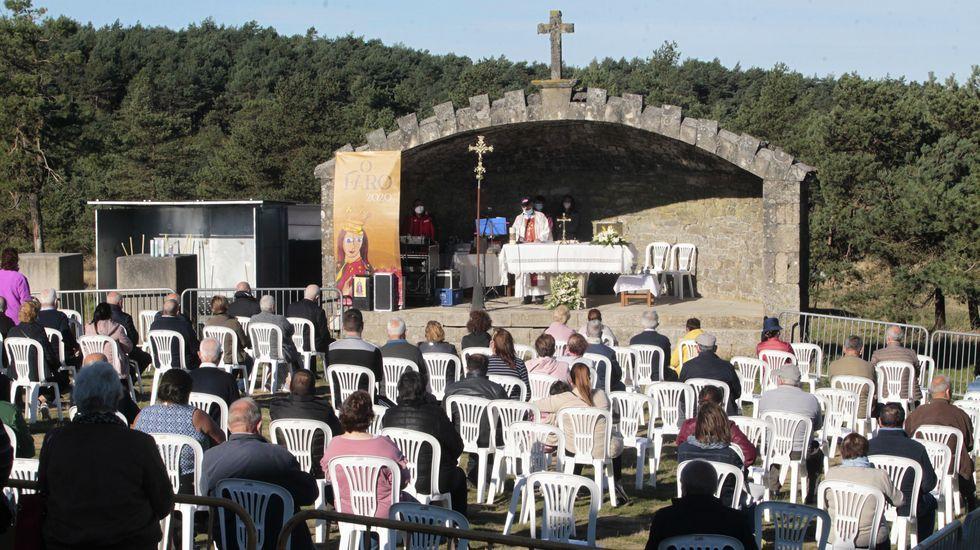 Una de las misas de campaña, oficiada en el alta situado frente a la ermita