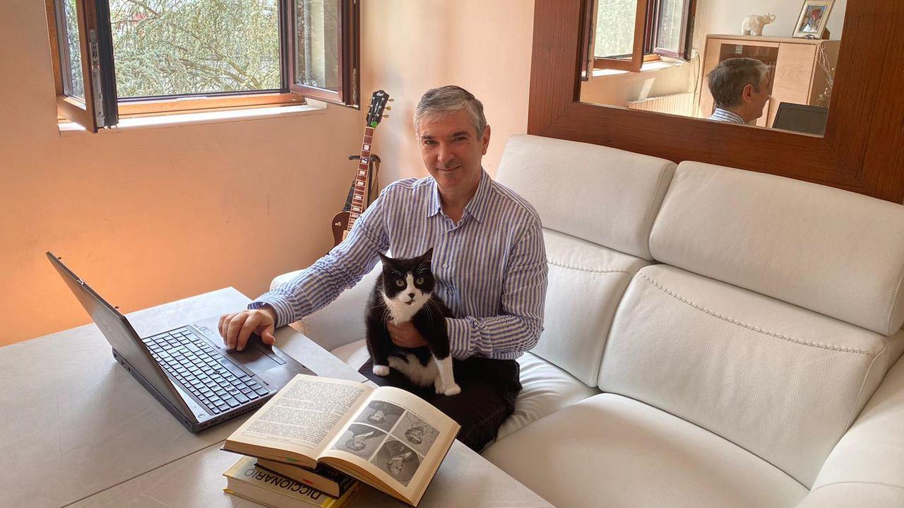 Niño Becerra: «El poder, más que el Estado, lo tendrán cada vez más las grandes empresas».El escritor Juanjo Lamelas, en su casa en la capital