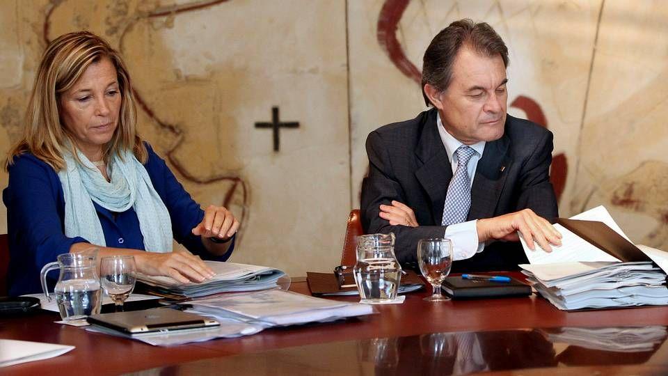 Pujol se querella en un juzgado de Andorra.Los Pujol, de paseo en su residencia veraniega de Queralbs.