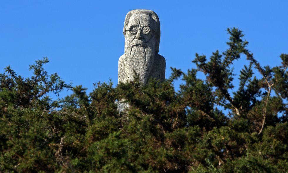 Jordi Doce.O busto que se atopa no miradoiro da Curota é obra de Benito Prieto Coussent<span lang= es-es >. </span>