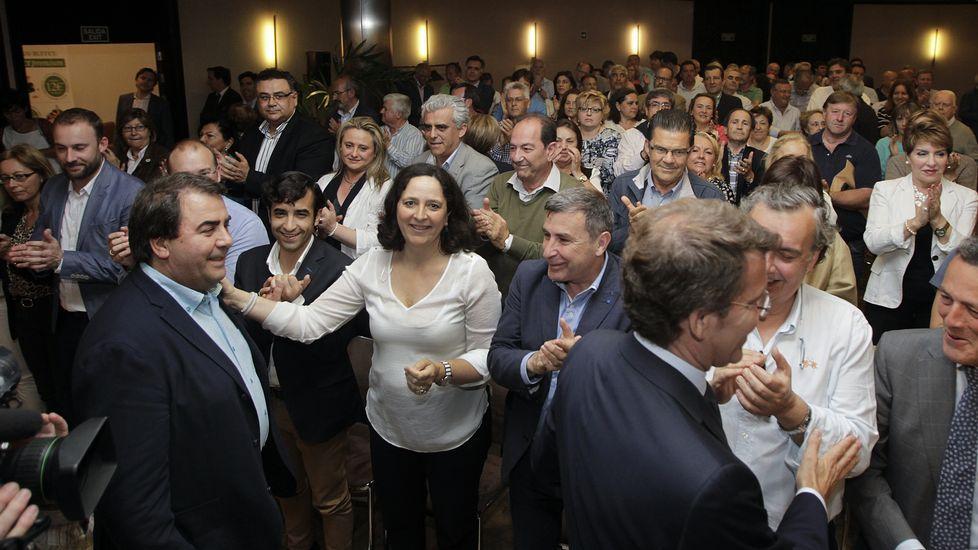 Xulio Ferreiro abrazando a Nicanor Acosta el día de su triunfo electoral.