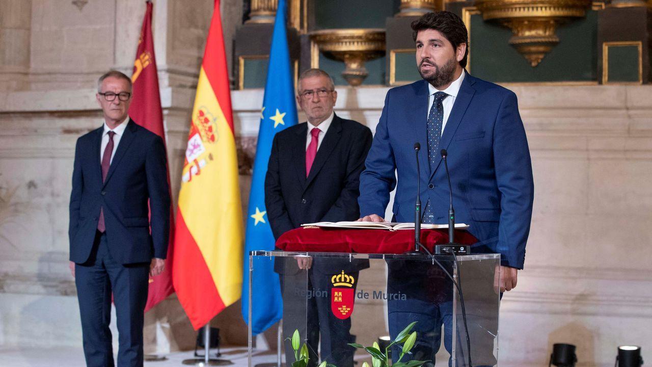 El presidente de la Comunidad de Murcia Fernando López Miras, durante su toma de posesión acompañado por el ministro de cultura José Guirao (izquierda) y el presidente del parlamento murciano Alberto Castillo