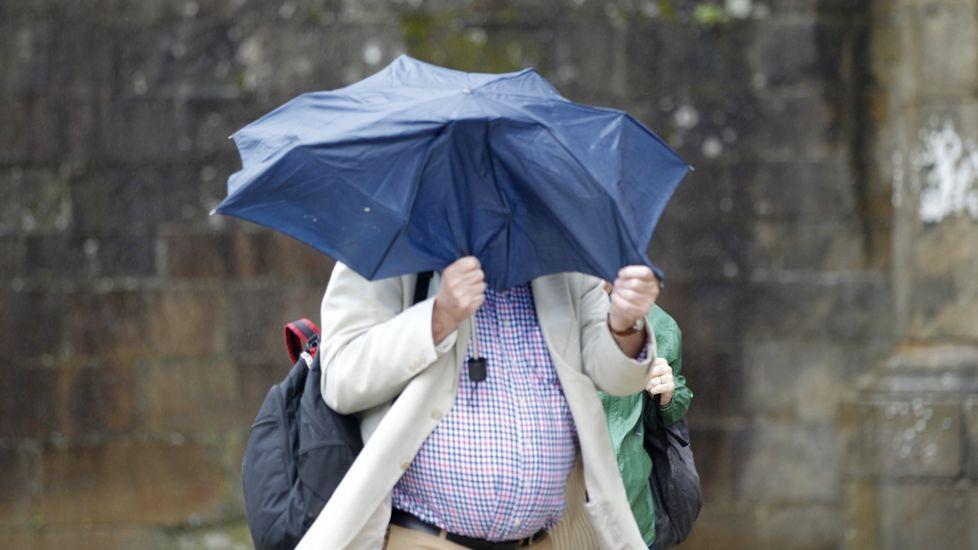 Luchando por mantener el paraguas abierto en Santiago