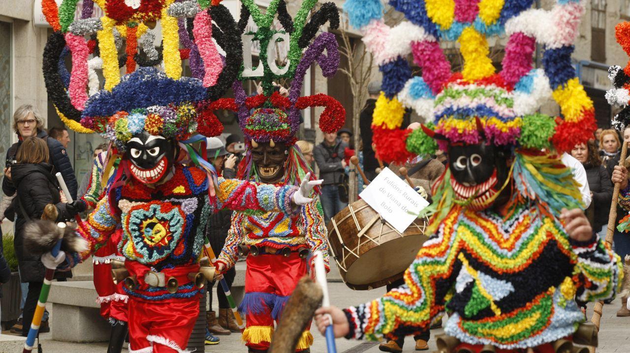 Boteiros en el desfile de máscaras por las calles de Chantada