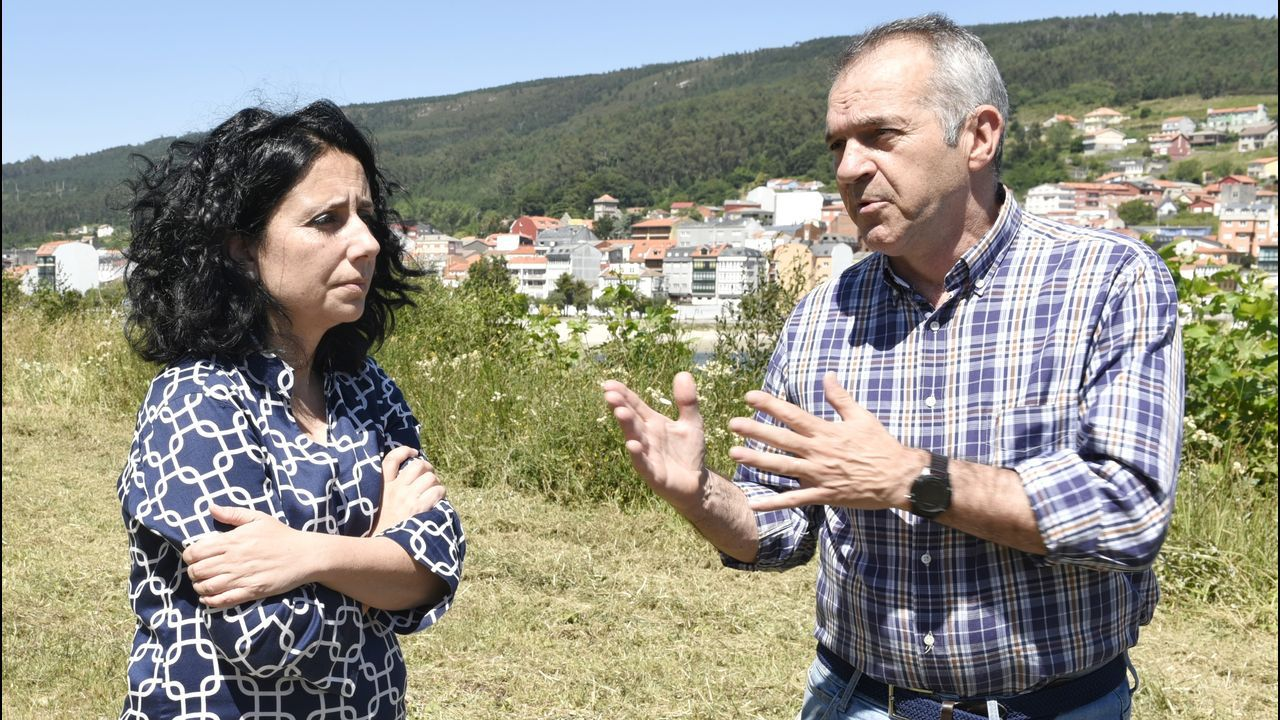 Ramón Vigo, alcalde de Cee, fue animado por un grupo de vecinos en el 2011, cuando salió del juzgado de Corcubión tras declarar como imputado en el caso Orquesta