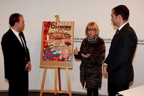 Pilar Taboada mostró el cartel en un acto con Crespo y Rodríguez.