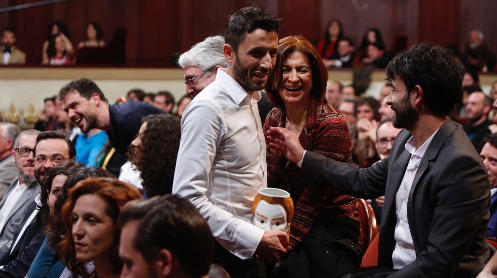 Entrega de los premios María Casares.El elenco de actores y la productora junto a la directora del CDG, ayer