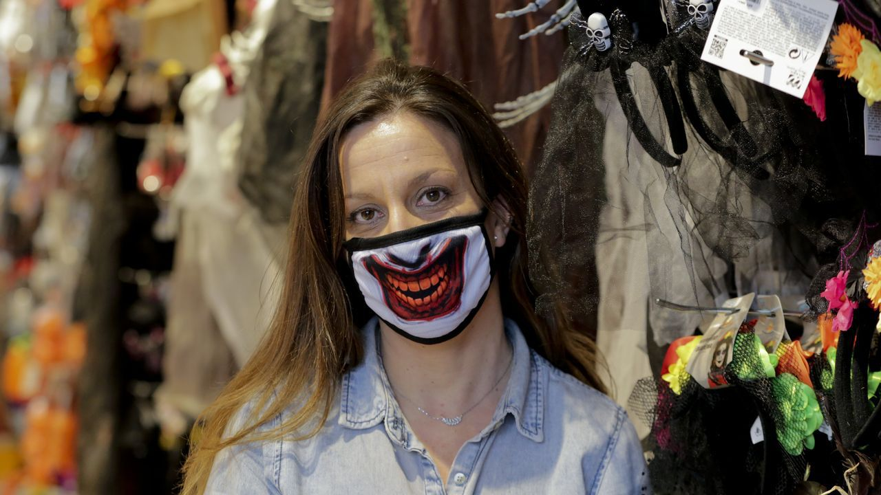 Raquel, encargada de la Superpapelería de Alfredo Vicenti, con una mascarilla de Halloween
