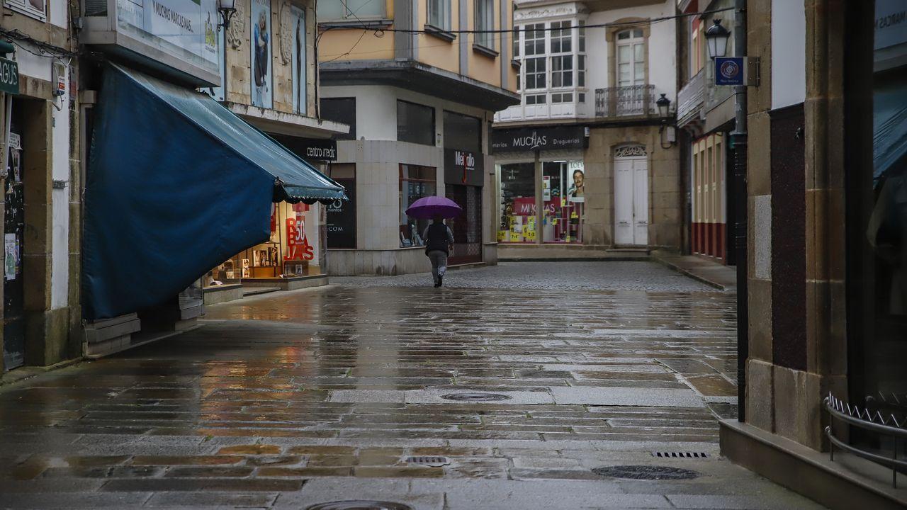 Calles en Noia sin apenas peatones