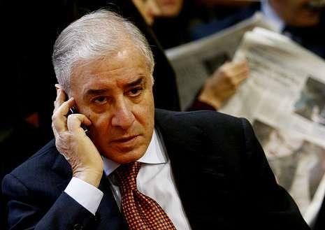 Dell?Utri habla por teléfono durante el juicio.