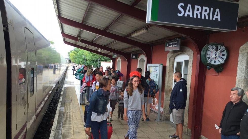 Estación de Sarria se convierte en apeadero.Un empleado del ADIF despacha billetes en la estación de Viveiro horas antes de que se suspenda la venta presencial