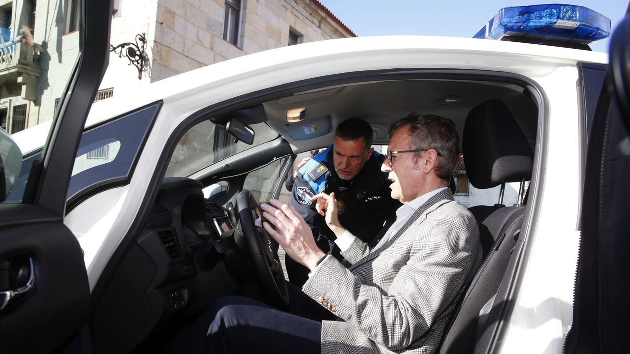Alfonso Rueda se pone a los mandos del nuevo coche patrulla de la polícia local de Vilanova.La nave de Amigos de Galicia en Vilagarcía, en una imagen de archivo