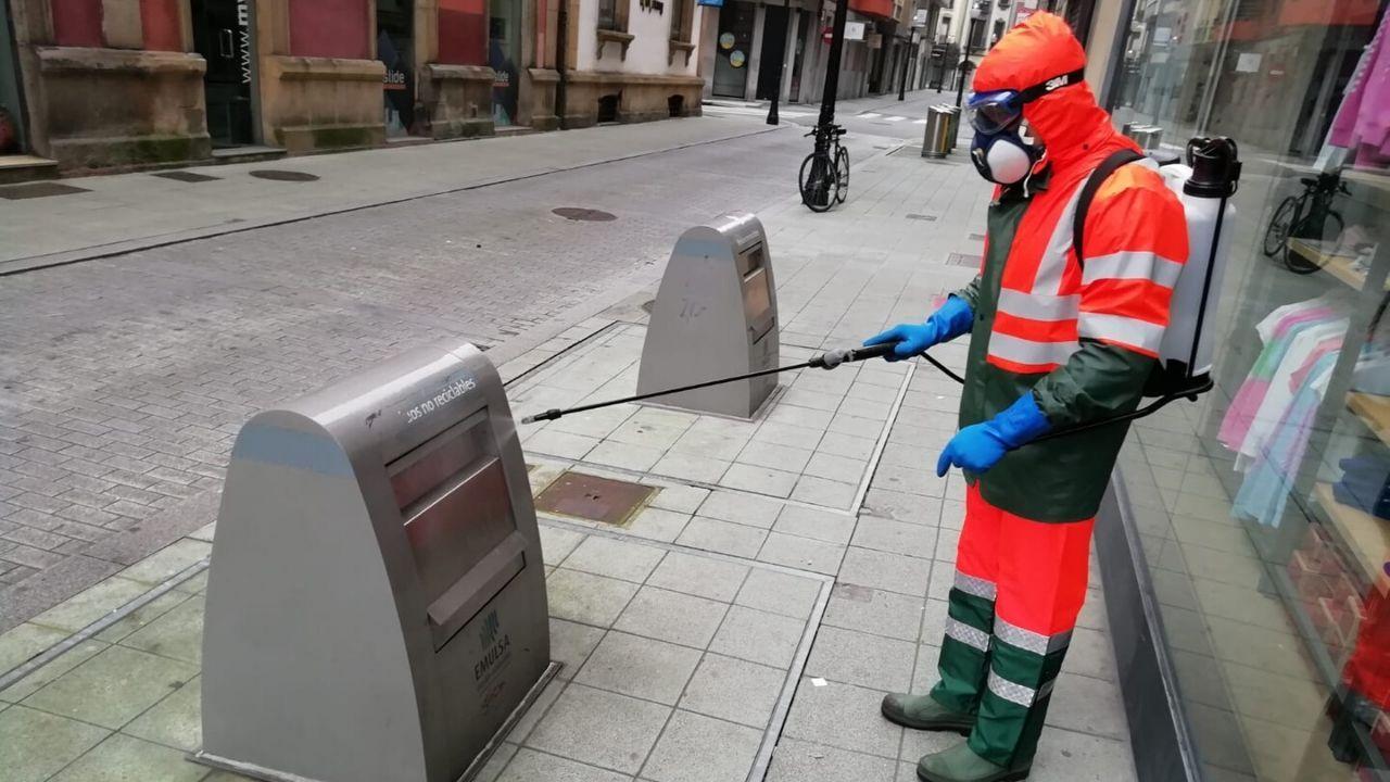 Un empleado de Emulsa desinfecta un contenedor soterrado