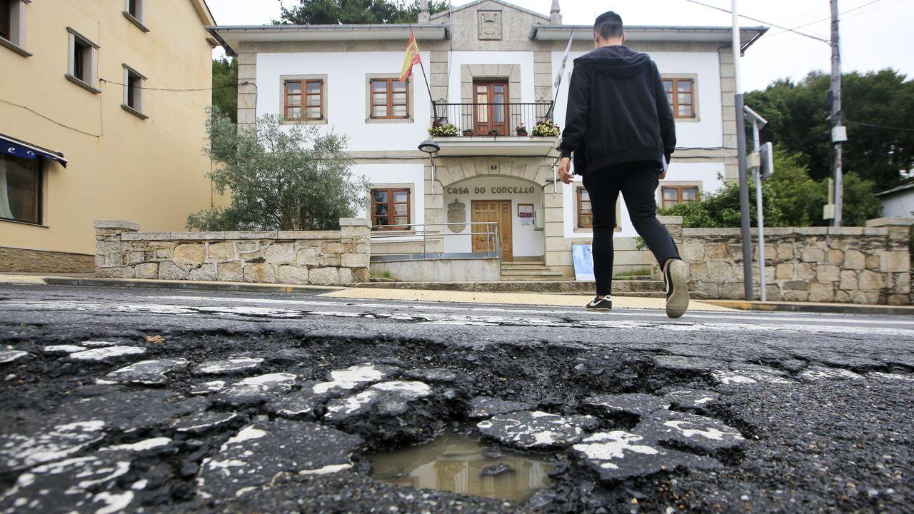 El paso de peatones que hay frente al Concello, en plena nacional, tiene el asfalto muy deteriorado