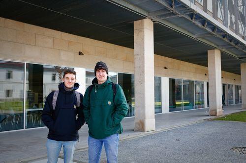 Biblioteca Pública de Ourense.Jorge Fidalgo y Yago Domínguez cambiaron la biblioteca de la universidad por las nuevas instalaciones.