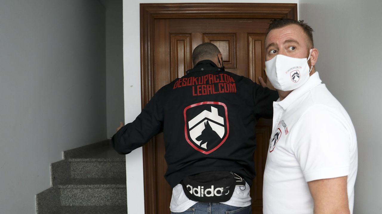 La insuficiente respuesta policial y judicial a las okupaciones de viviendas han hecho que aparezcan empresas especializadas en desalojos, como la que actuó recientemente en un piso que estaba usurpado en Santiago