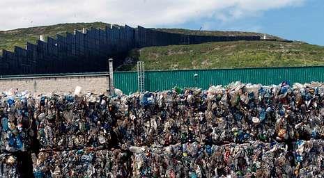 Imagen de la basura acumulada y prensada en la planta de residuos urbanos de Nostián.
