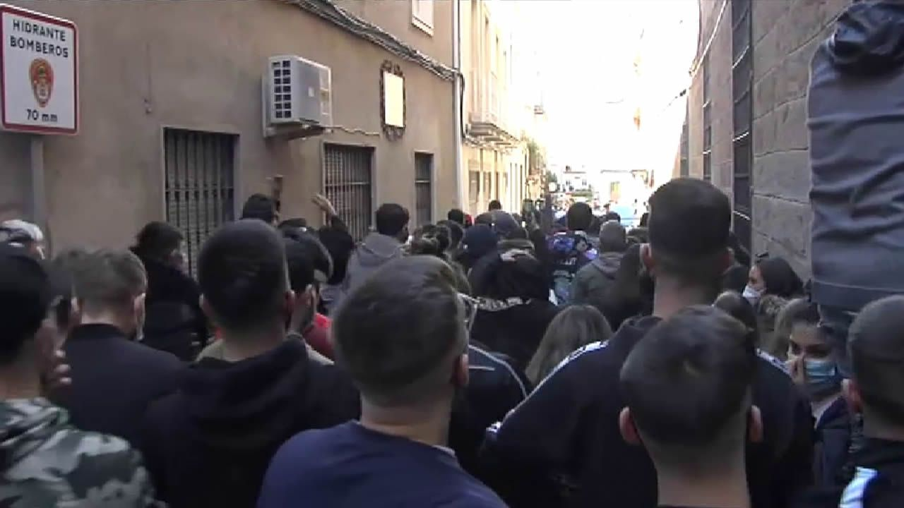 La rabia se desata entre los vecinos de Linares.Agentes de la Policía Local en un control a la entrada de Monforte