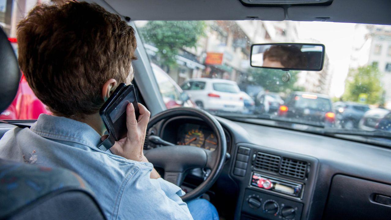 Imagen de archivo de una conductora conduciendo mientras habla por el teléfono móvil