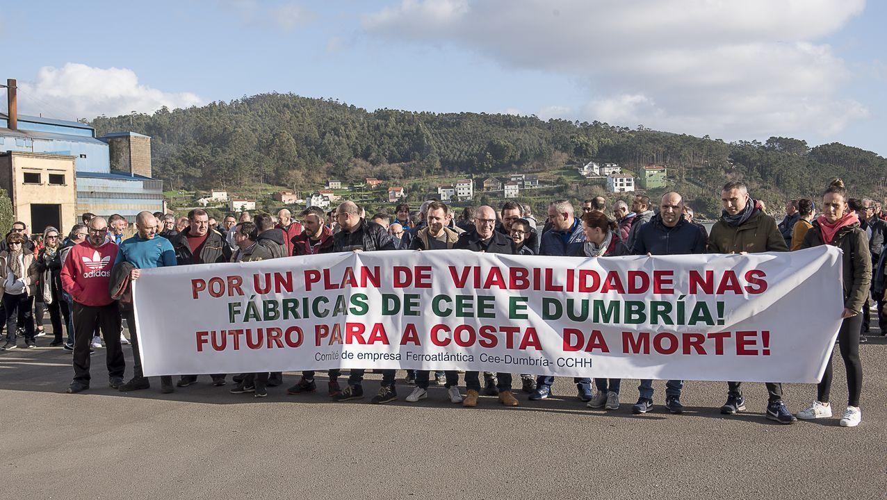 La fotografía aportada por el grupo municipal de Podemos-Equo con trabajadores realizando las labores de jardinería de la iglesia de la Resurrección, en Laviada