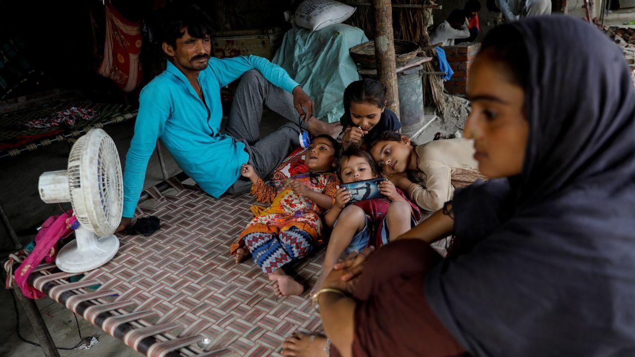 Refugiados hindúes, procedentes de Pakistán, en un campamento en las afueras de Nueva Delhi (la India)