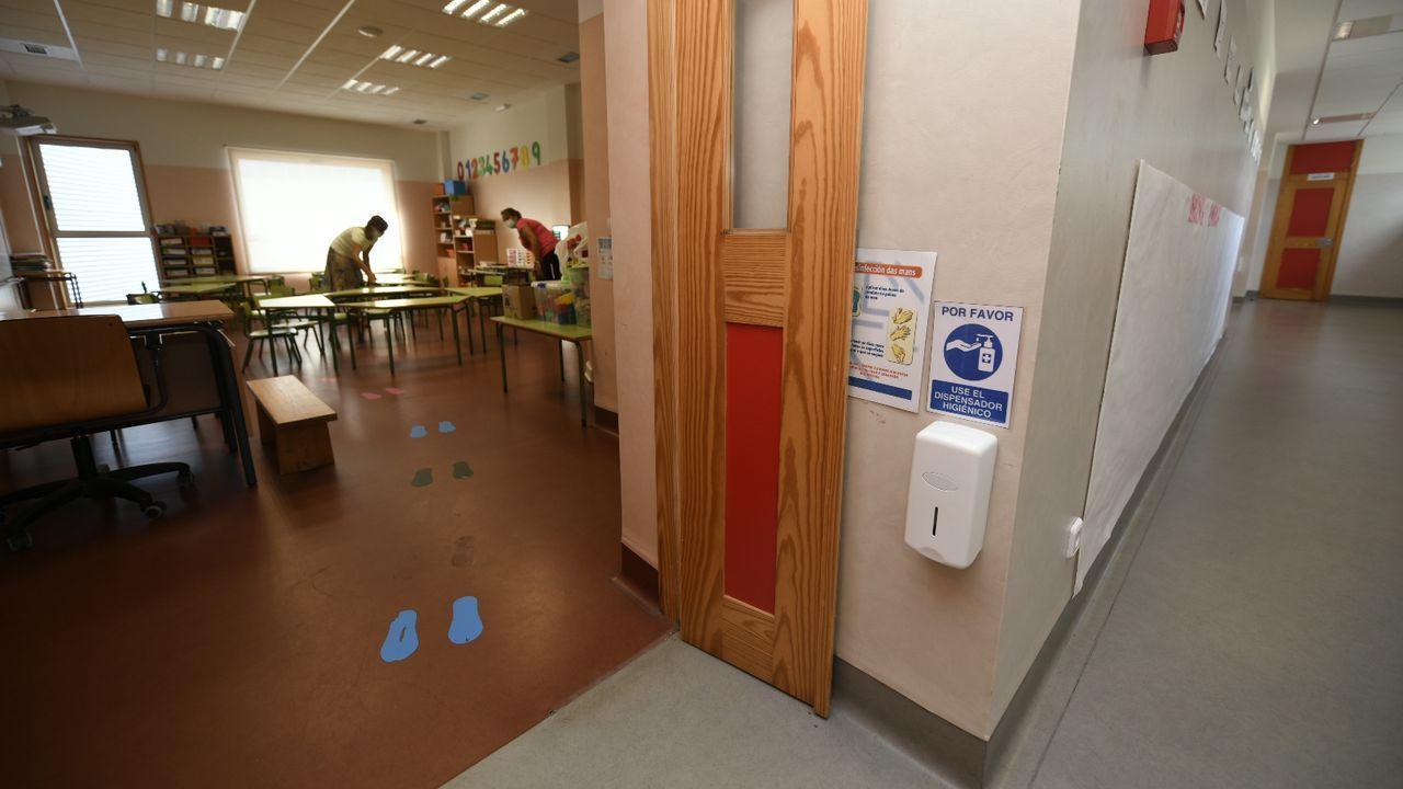 A la entrada de las aulas del CEIP Pérez Viondi de A Estrada se han instalado dispensadores de gel