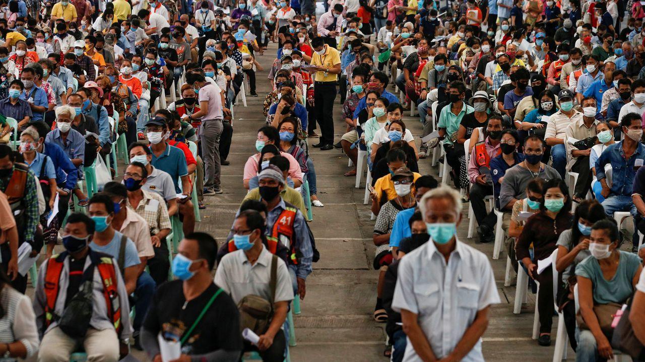 Ciudadanos hacen cola para recibir ayuda económica en Tailandia