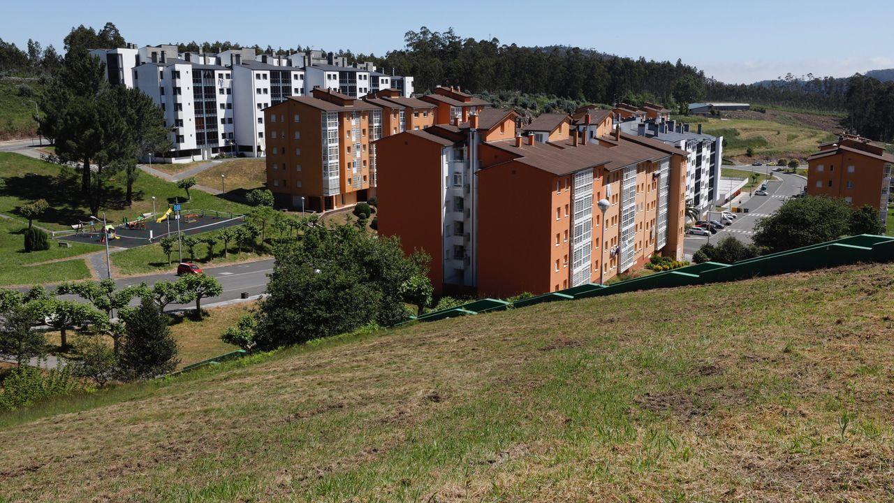 Vista de la Urbanización de Palmeiro, en Xove, con los pisos nuevos al fondo