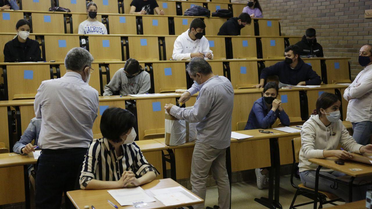 Entrega de los exámenes precintados en la Facultad de Empresariales de Lugo
