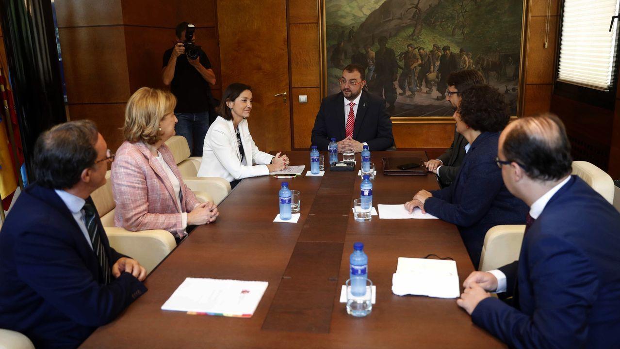La ministra de Industria, Comercio y Turismo en funciones, Reyes Maroto (3i), y el presidente del Principado, Adrián Barbón (c), al inicio de la reunión que mantuvieron hoy en Oviedo