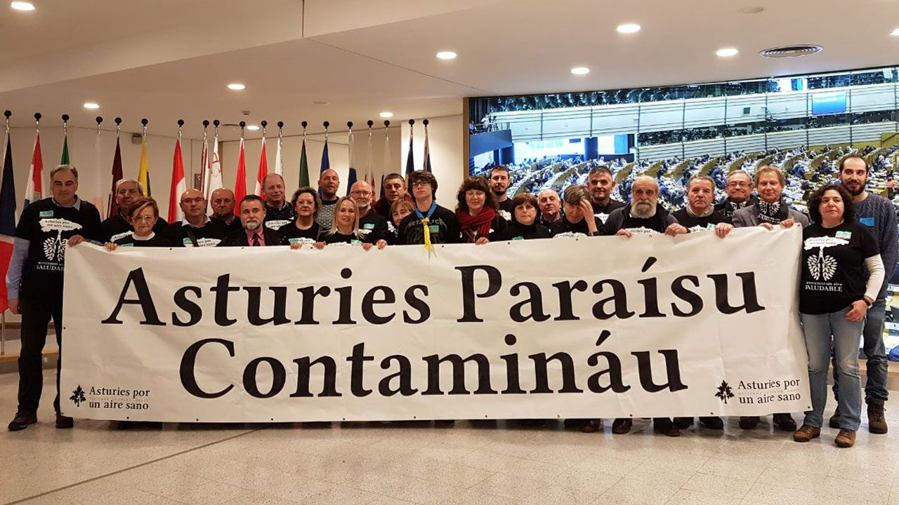 Miembros de la Plataforma 'Asturies, Paraísu Contamináu' en la Comisión Europea