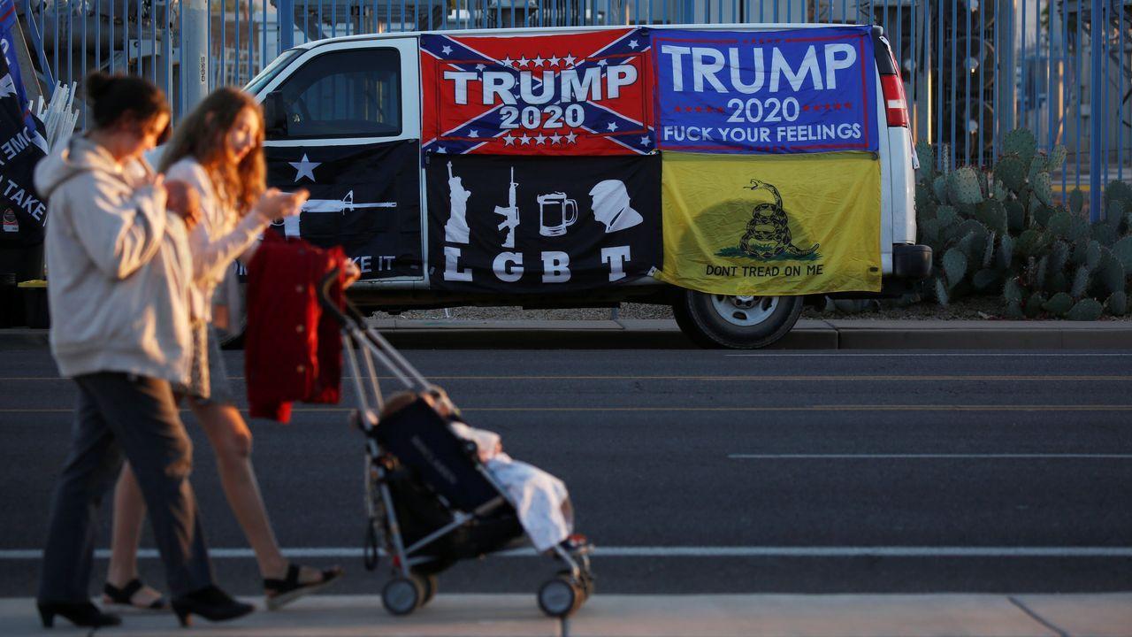 Los simpatizantes de Trump mantienen sus protestas contra el escrutinio en lugares como el condado de Maricopa, en Phoenix (Arizona)
