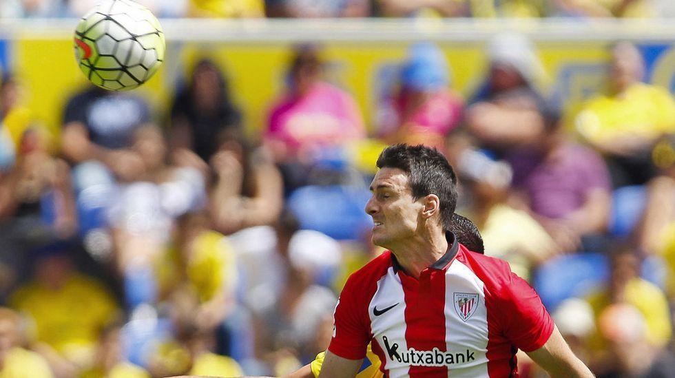 José Fernández disputa un balón con villa en su etapa en el Córdoba
