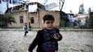 Un niño de 5 años, que resultó herido durante una explosión, juega con su hermana Sehla durante los enfrentamientos por Nagorno en la ciudad de Ganja