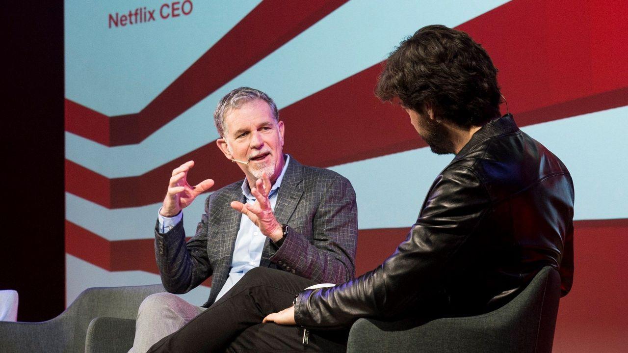 Reed Hastings conversa con el actor Álvaro Morte