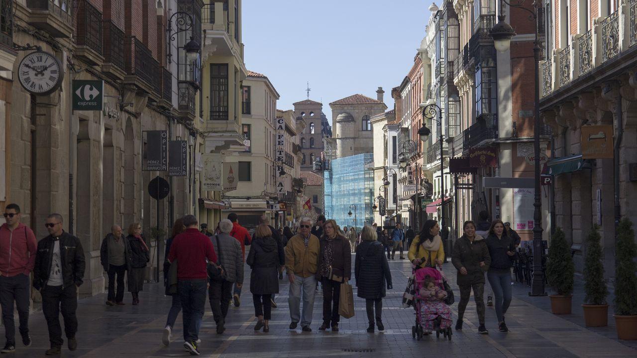 leon.La Calle Ancha es una vía peatonal que atraviesa el casco antiguo, desde la plaza de Santo Domingo hasta la plaza de la Regla, donde está la catedral. Era la vía comercial por excelencia de León
