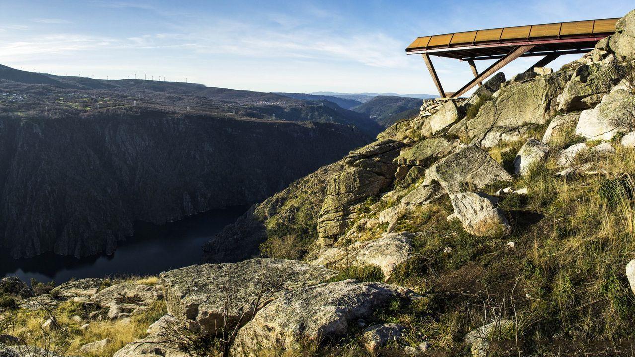 El camino que lleva al Cotarro das Rocas empieza junto al mirador de A Cividade, construido en el 2012