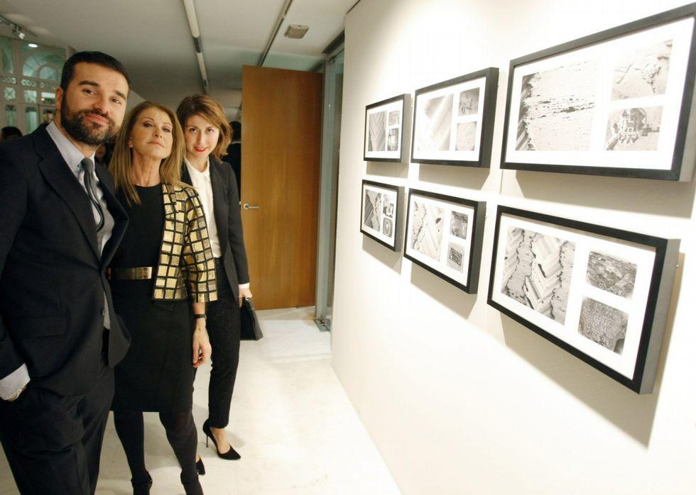 Purificación García, en el centro, en la inauguración de la última exposición del Outono.
