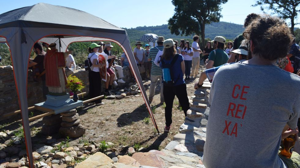 Verano gastronómico en A Ferreirúa.Un arqueólogo saca fotos del interior de la tumba número 53, en la que apareció esta mañana un esqueleto en muy buen estado de conservación