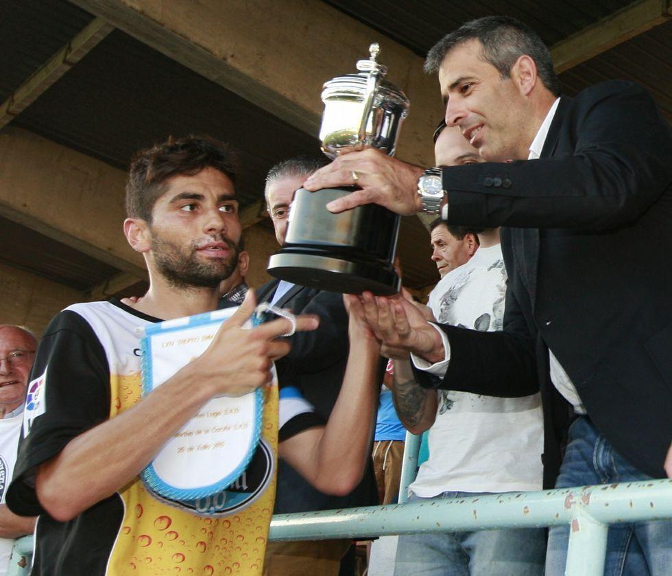 El capitán lucense, Manu, recibió el trofeo de manos del alcalde, Fernando Suárez.
